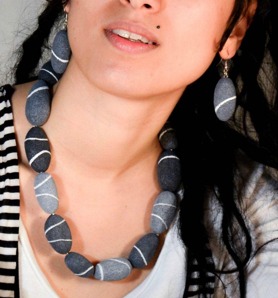 collana e orecchini con i sassi di mare