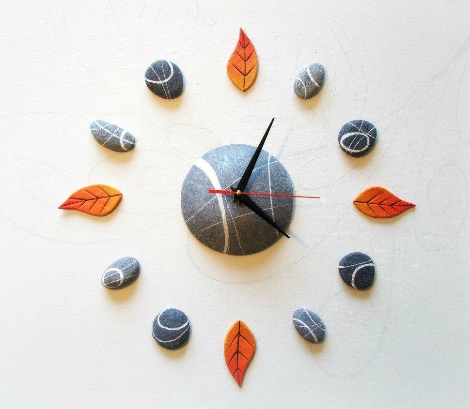 arredare una parete vuota con un orologio adesivo
