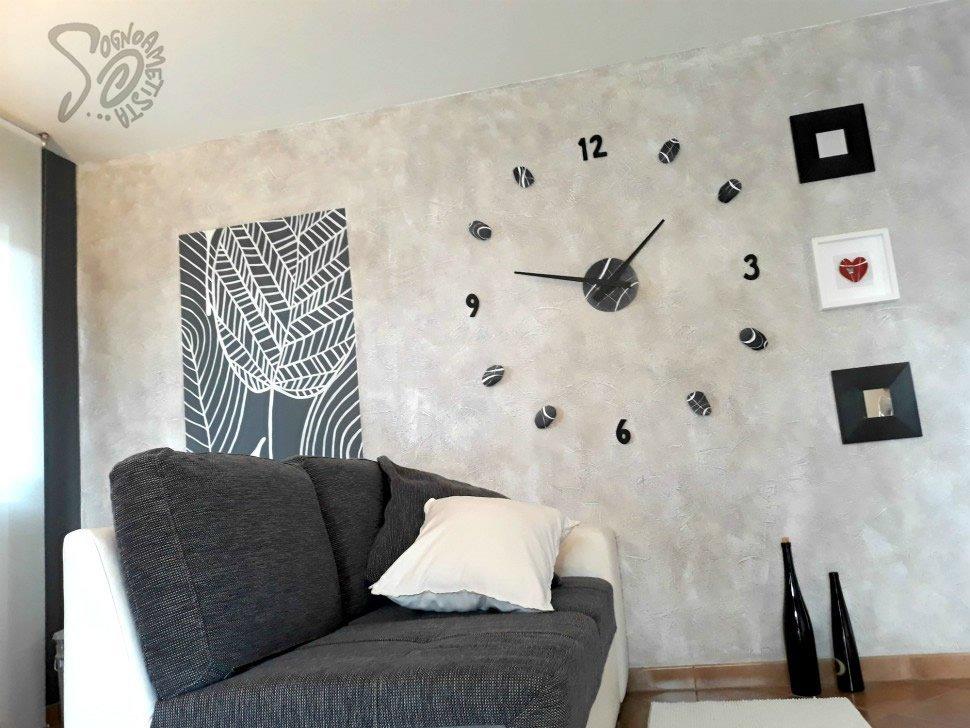 come-arredare-parete-dietro-al-divano-con-orologi