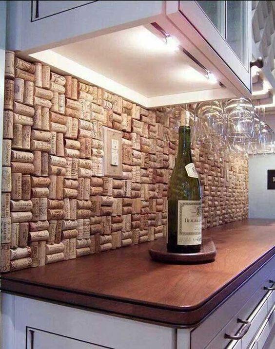 parete-cucina-con-tappi-di-sughero