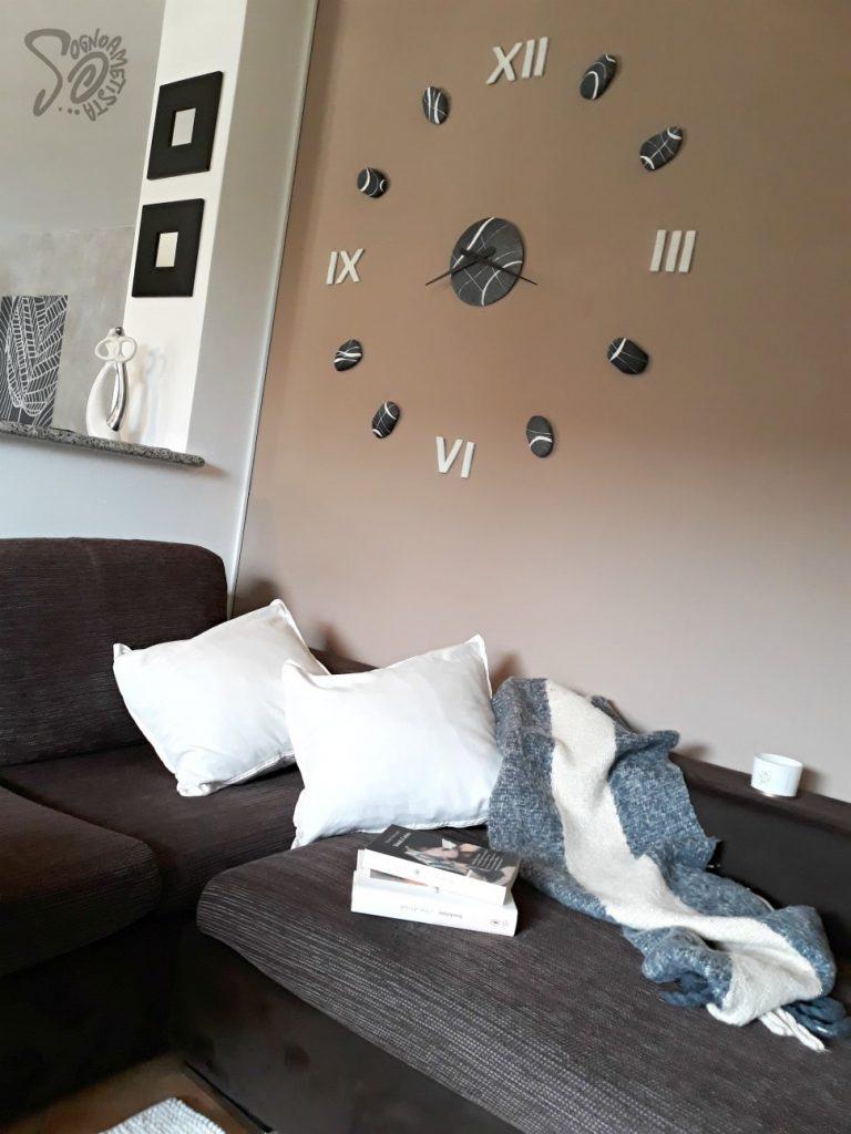 parete-dietro-divano-moderna-orologio