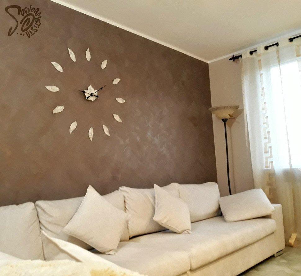 parete-dietro-divano-elegante-arredata-con-orologio