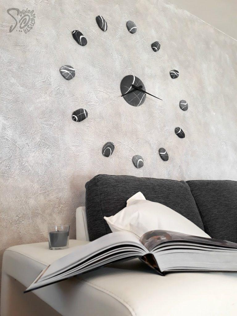 parete-dietro-al- divano-con-orologio-di-design