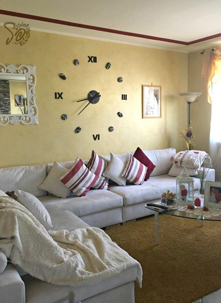 parete-salotto-con-orologio-grande