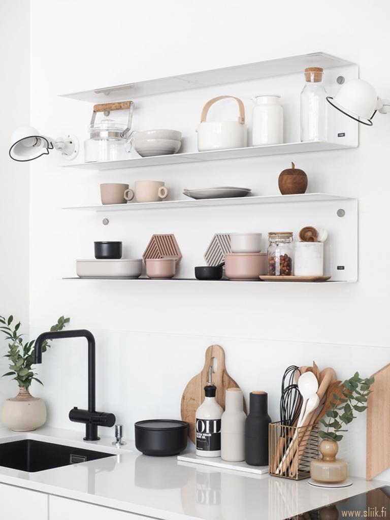 parete-con-mensole-in-cucina