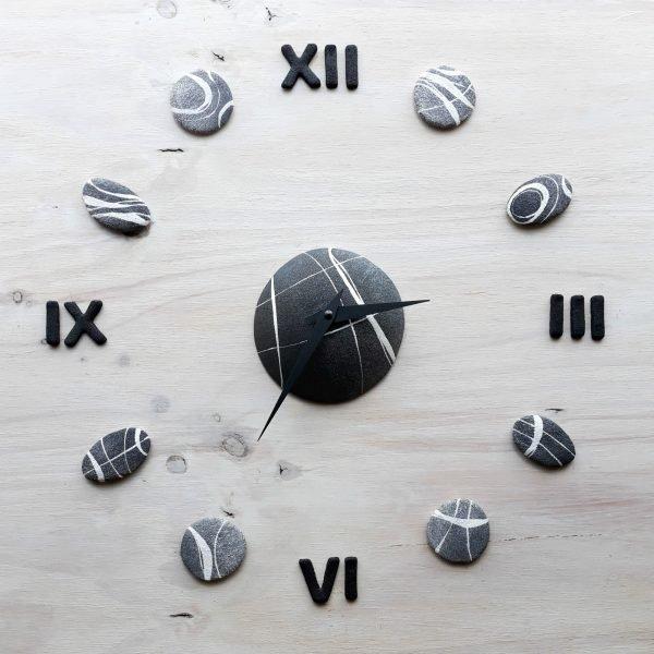 Orologio da parete con numeri romani neri