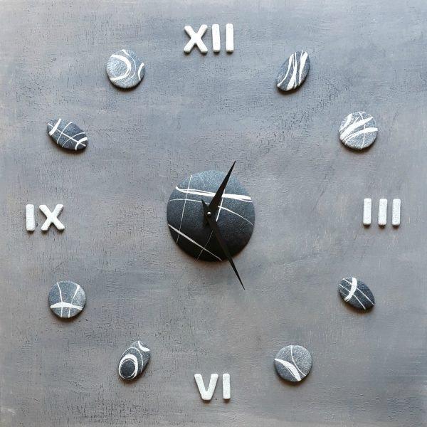 orologio da parete con numeri romani bianchi