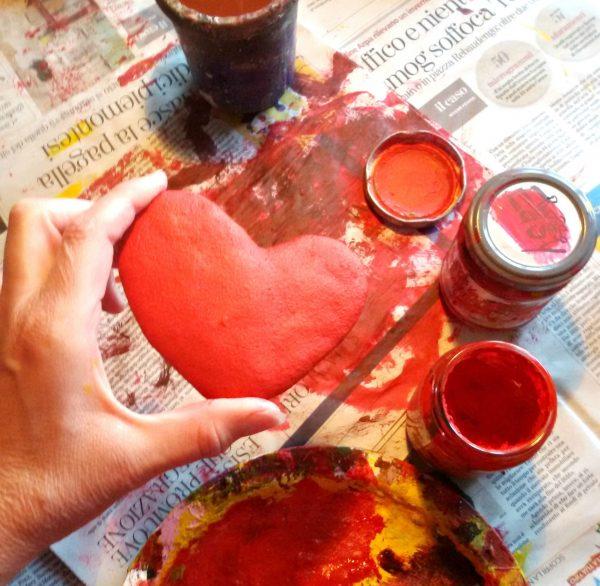 cuore rosso che compone l'orologio da parete