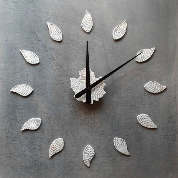 orologio da parete bianco con foglie