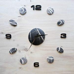 Orologio da parete con pietre e numeri neri