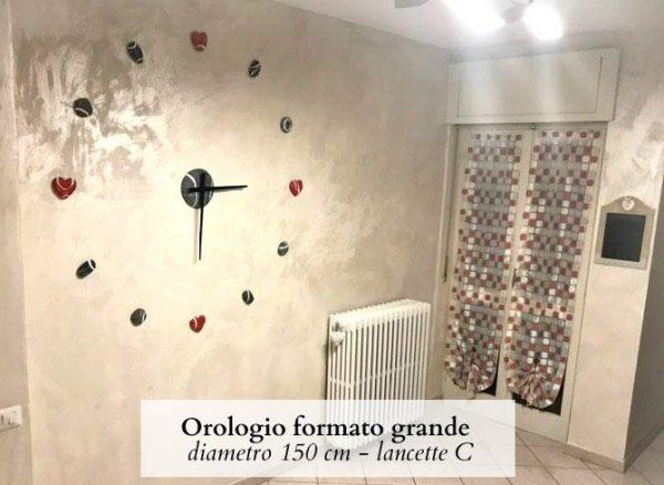 orologio da parete gigante con cuori rossi