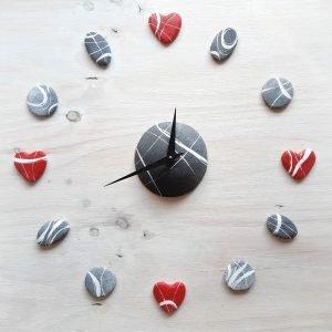 orologio da parete design con cuori rossi e pietre