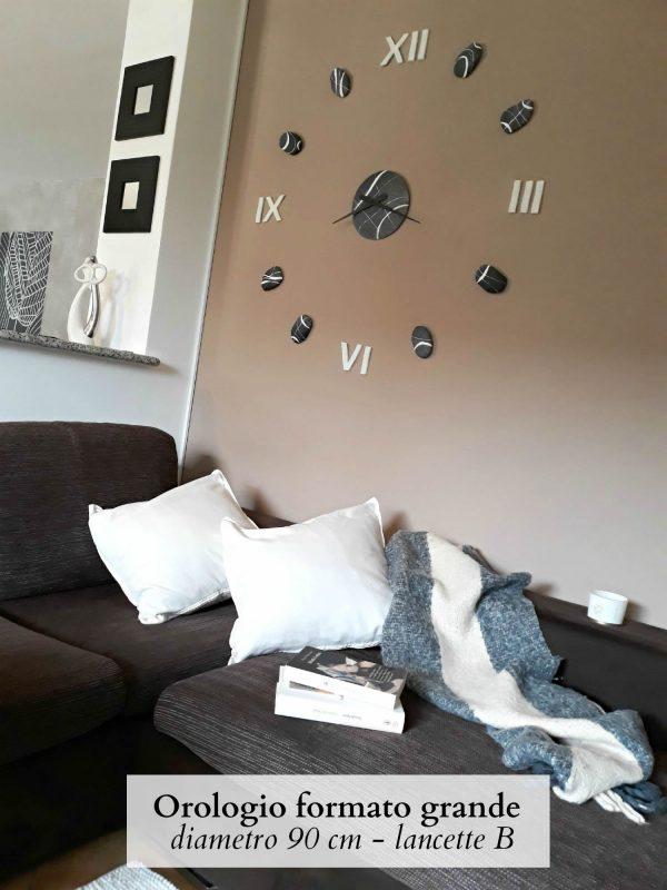Orologio con numeri romani bianchi dietro divano