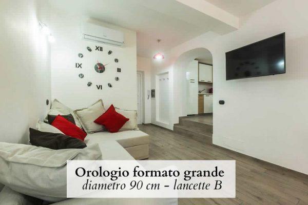 orologio da parete con numeri romani in soggiorno