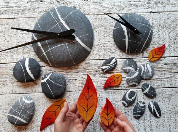 sassi e foglie che compongono un orologio artigianale