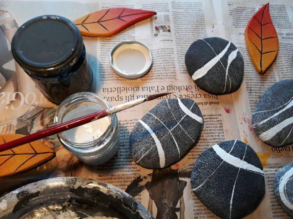 sassi e foglie dipinti a mano