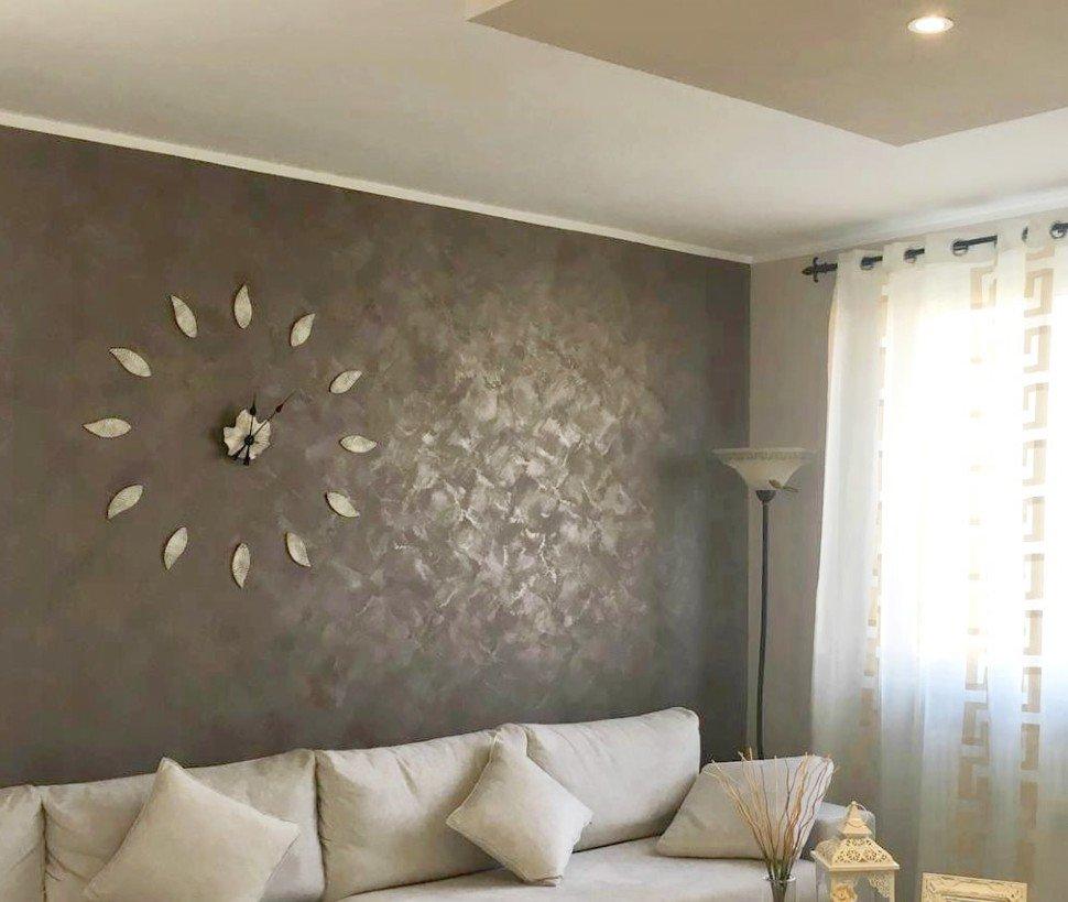 parete spatolata tortora con orologio bianco